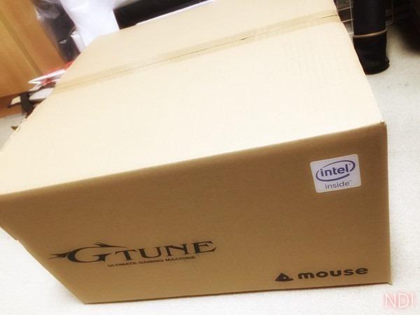 新パソコンが入った、大きな段ボール箱の写真。