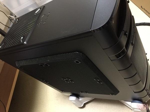 新パソコンの外観写真。メッシュ部分が広く、通気性が良さそう。